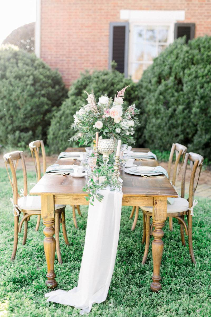Outdoor wedding tablescape: Elegant southern mansion wedding inspiration featured on Nashville Bride Guide