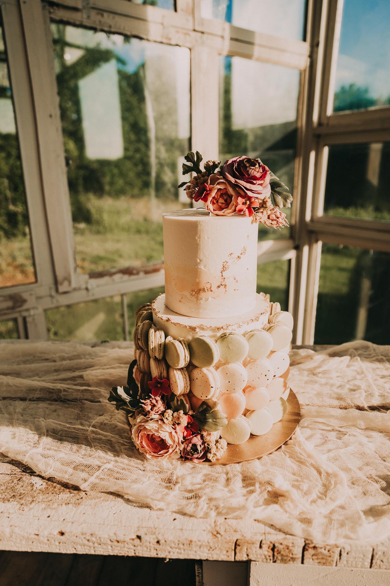 Modern wedding cake design: Flower Farm Styled Shoot by Billie-Shaye Style featured on Nashville Bride Guide