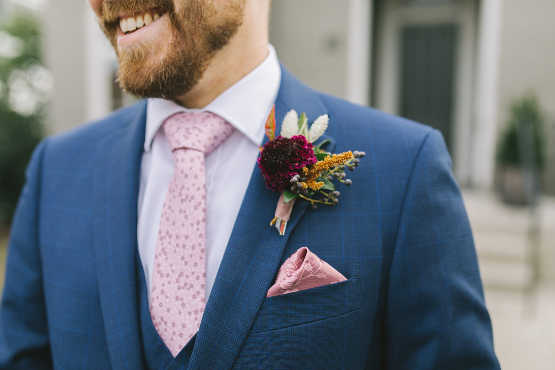 Pink pocket square and burgundy boutonniere | Nashville Bride Guide