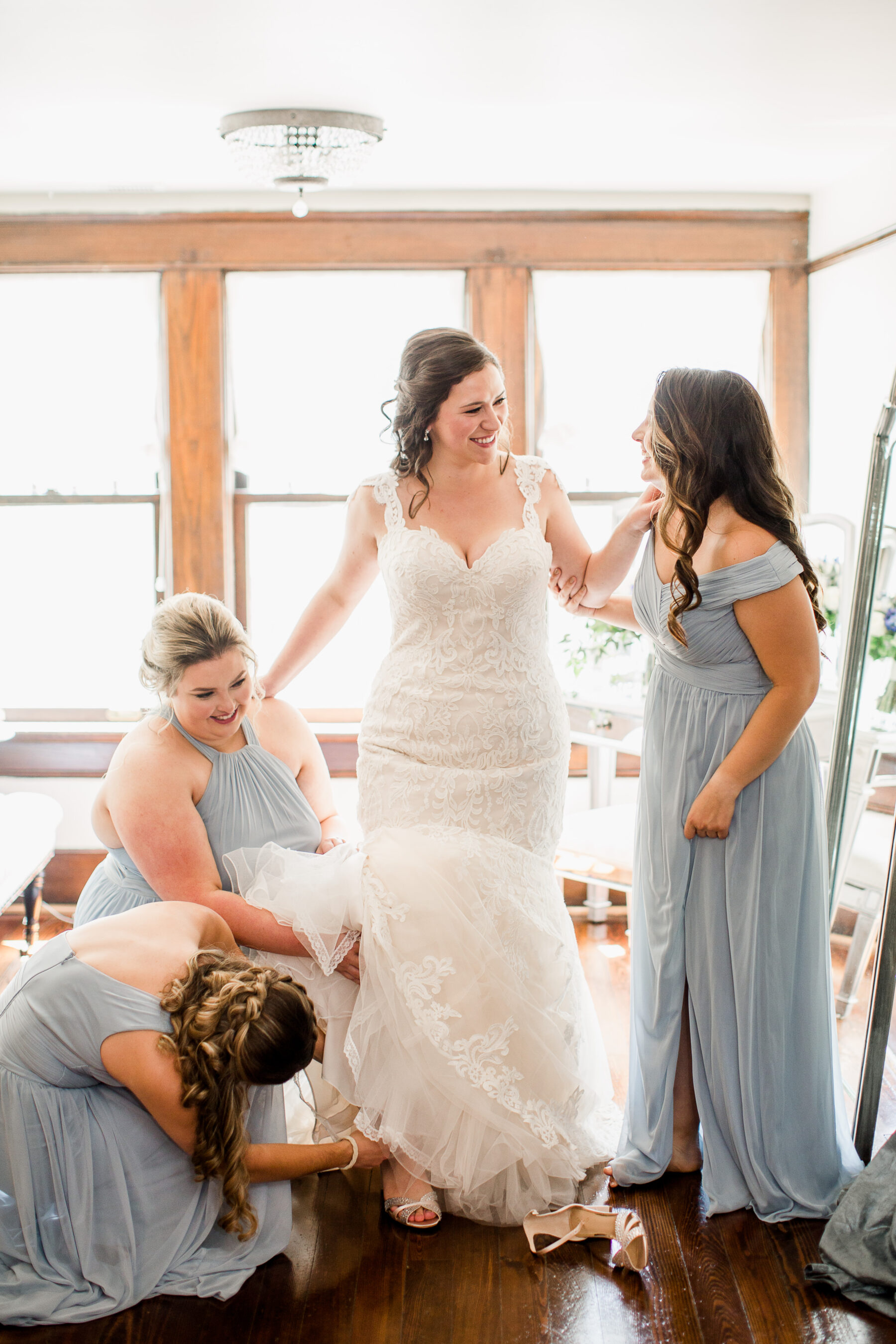 Bridal party getting ready photo ideas | Nashville Bride Guide