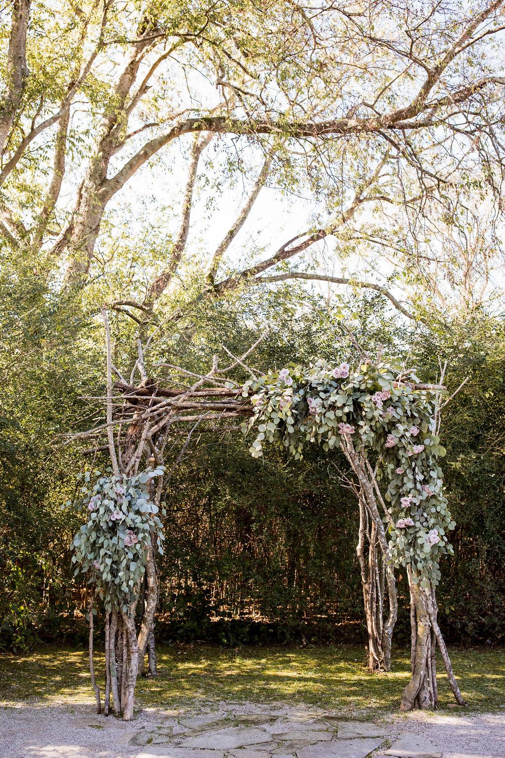 Outdoor wedding ceremony backdrop | Nashville Bride Guide