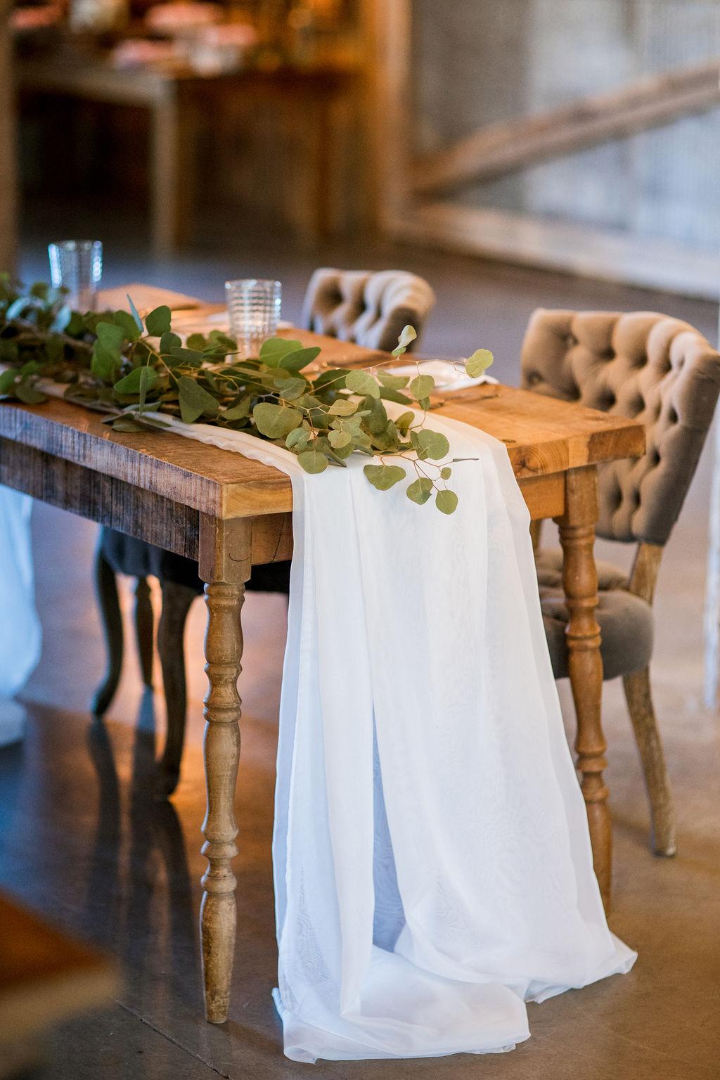 Simple wedding sweetheart table setup | Nashville Bride Guide
